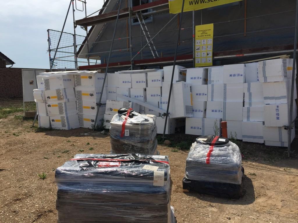 Angelieferte Außendämmung für die am Mittwoch beginnenden Arbeiten an der Außenfassade